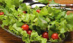 Molho:  - . 1 maracujá (só a polpa)  - . 4 colheres (sopa) de azeite  - . Sal a gosto  - . 1 colher (sopa) de vinagre balsâmico  -   - Salada:  - . 6 xícaras de folhas verdes mistas (alface grega e mimosa, frisée, miolo de escarola, rúcula e agrião)  - . 1 xícara (chá) de tomatinhos