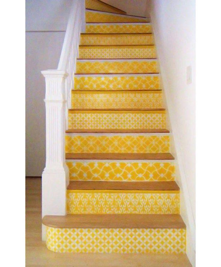 Print stairs - Escolha inusitada, o amarelo foi o eleito para estampar os degraus deste ambiente, em branco e madeira
