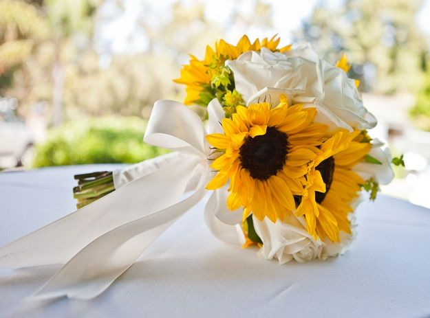 So pure! Sunflowers and roses: Sunflowers Bouquets, Bridal Bouquets, Yellow Country Wedding, White Roses, Country Weddings, White Rose Bouquets, Bride Bouquets, Sunflowers Wedding Bouquets, Country Wedding Bouquets