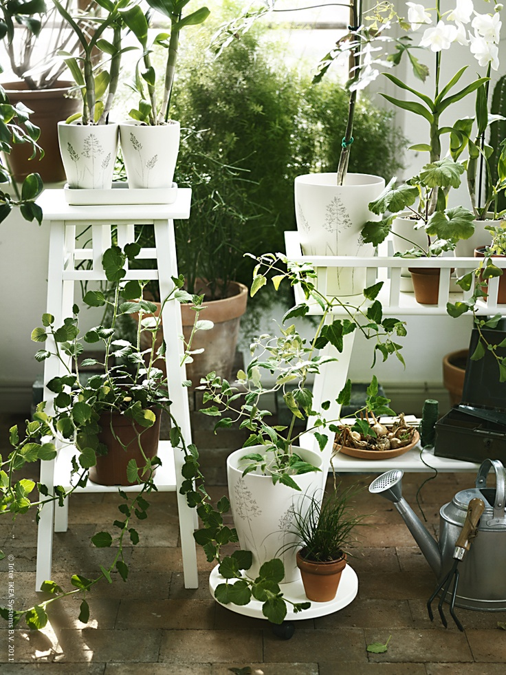 LANTLIV von IKEA sind dekorative Blumenständer für drinnen und draußen
