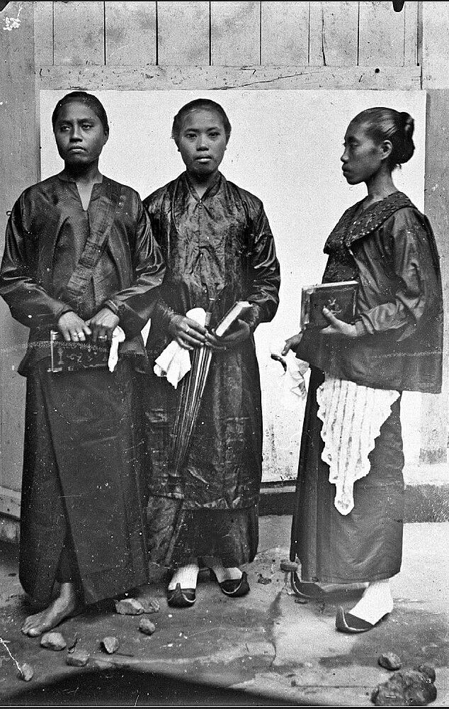 Portrait of three Ambonese women, dressed for going to the church. 1895-1915