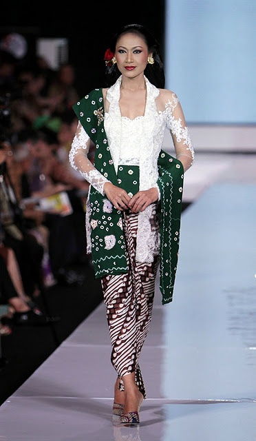 Sarong + kebaya worn the Indonesian/Javanese way as compared to the Peranakan style.