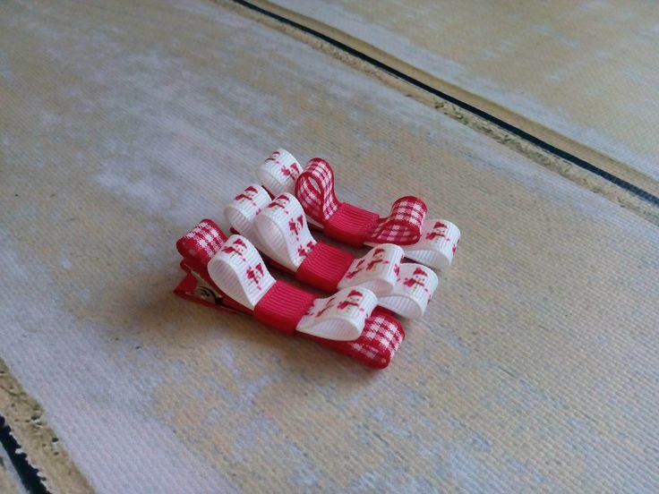 Trzy świąteczne spineczki w urocze bałwanki. Wym. ok 1 x 5,5cm, klips: pyk 4,5cm.