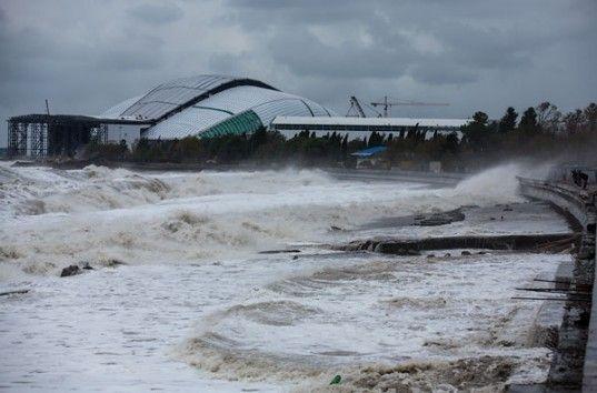 Ураган в Сочи: отмененные авиарейсы, смытые пляжи, поваленные фонарные столбы (ВИДЕО)
