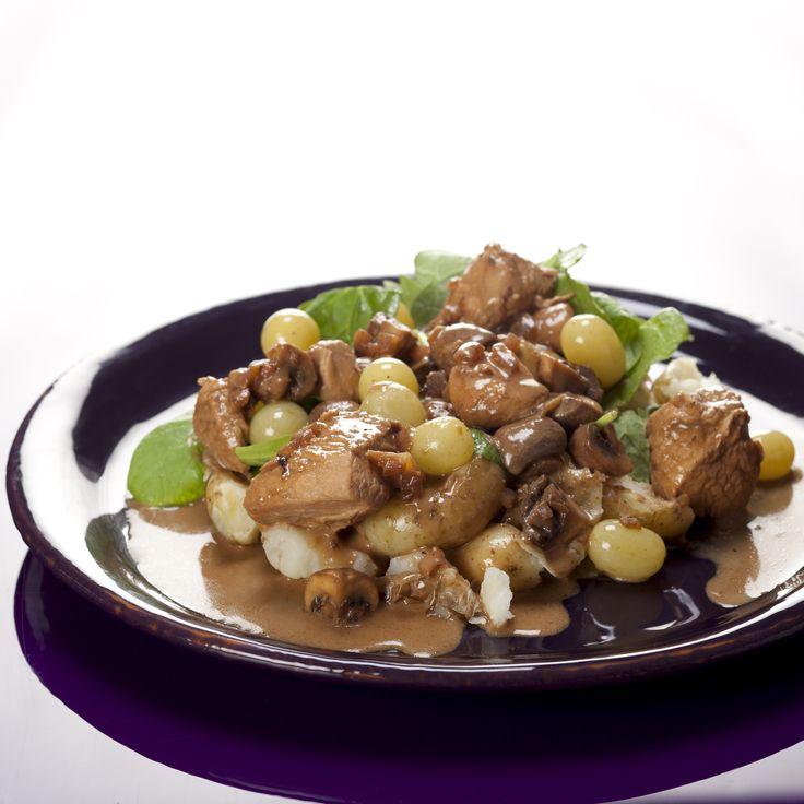 Kalkungullash med svampe og druer på knuste kartofler