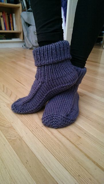 This pattern is inspired from the original design « Non-felted slippers » by Yuko Nakamura. I love this pattern : the original model is knitted back and forth and must be sewed under the sole and on the heel back. Here is a revised version that is worked in the round !