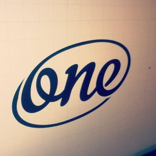One. Simpel, maar toch mooi. De 'o' loop door naar de cirkel en de 'e'. Dus het logo is ook nog 'een'.