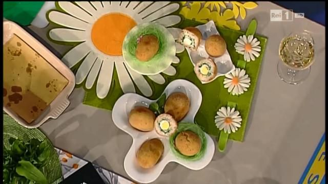 Arancini con erbette ricotta e uova di quaglia Ingredienti per 4 persone: 250 g di riso S. Andrea 1 costa di sedano 1 carota ½ cipolla bionda 400 g di spinaci freschi 100 g di parmigiano 100 g di ricotta 100 g di burro 8 uova di quaglia Latte q.b. Farina di farro bianco q.b. 500 g di pane grattugiato olio di semi di arachide noce moscata alloro sale pepe