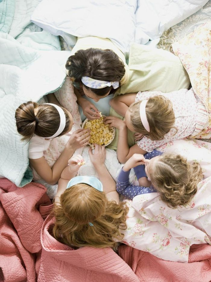 le nid douillet, couvertures de lit, nuit entre filles, pop corn, coussins décoratifs