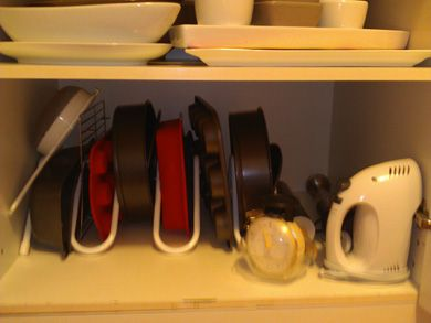 A shot of the Cakesnake storage rack for bakeware in action. It is great for storing bakeware in a kitchen cupboard or deep drawer. A innovative kitchen invention by Stephen Procter, which makes a great gift.