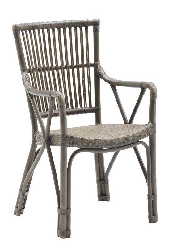 SIKA - Piano Spisestuestol - Originals fra Sika Design -  Vintage spisestuestol i grå naturflet. Spisebordsstolen har et flettet sæde og tremmer i ryggen samt behagelige armlæn for ekstra komfort. Perfekt til spisestuen, udestuen eller i sommerhuset.