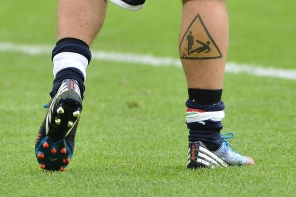 Photo 1 - A Tattoo On The Leg Of Italian Midfielder Daniele De Rossi Is AFP/Getty Images