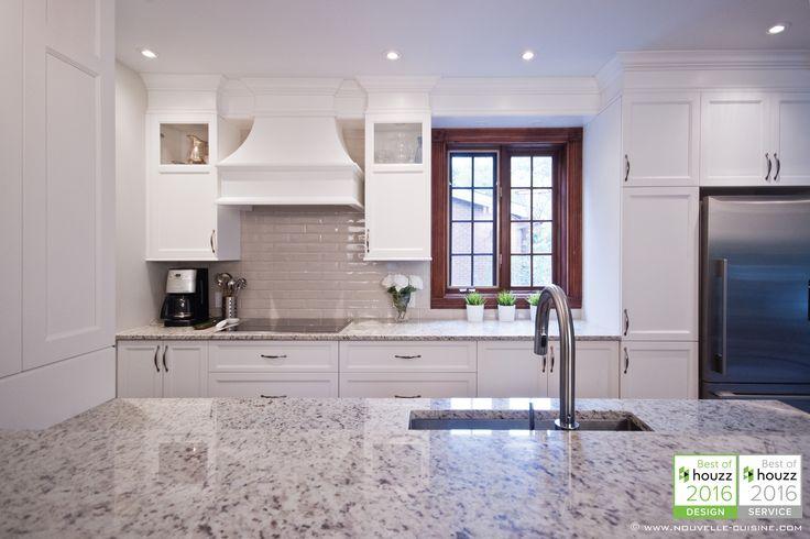 Shaker style kitchen with lacquered cabinets and granit countertops. / Cuisine de style 'shaker' avec armoires en laque opaque et comptoirs en granit.