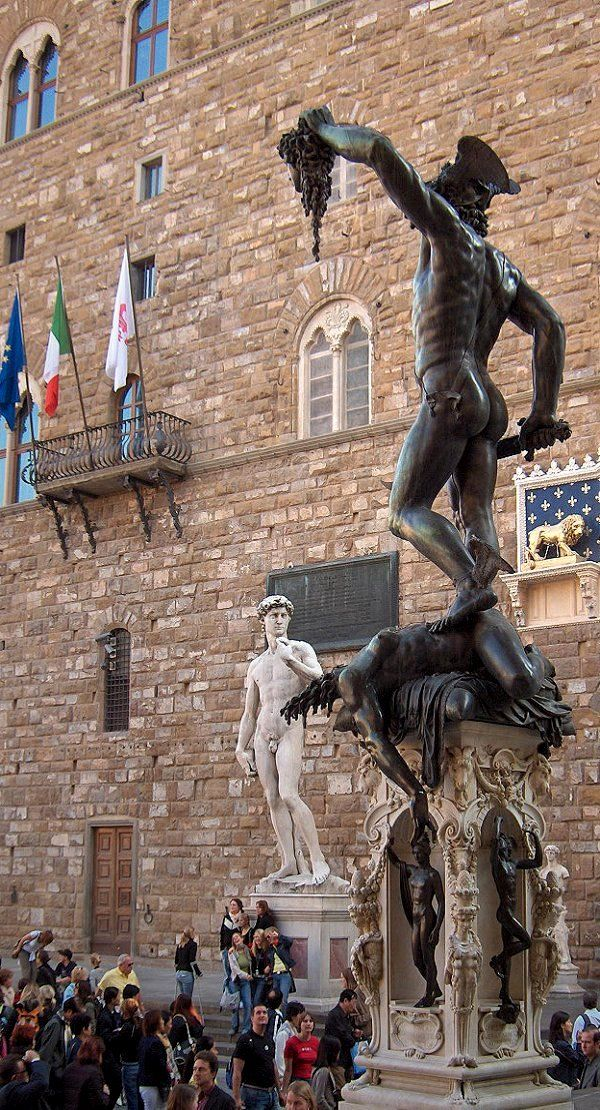 Perseo sosteniendo la cabeza de Medusa en la #LogiaDeiLanzi http://www.florencia.travel/lugares-para-visitar/logia-dei-lanzi/ #Florencia #turismo