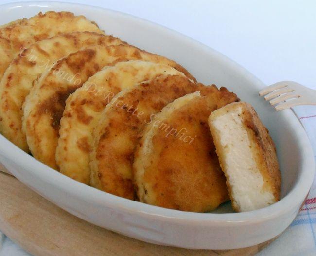 Queste mezzelune di ricotta fritta sono un piatto semplice e veloce da preparare, un perfetto salvacena molto gustoso,piacerà a grandi e piccini