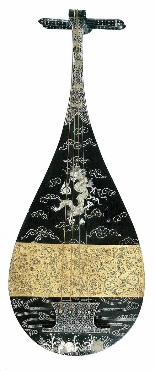 Japanese Lute(biwa) Kuro urushi unryu raden biwa 黒漆雲龍螺鈿琵琶 16-17th century. S)