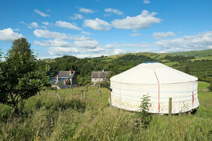 Rundzelt in Tylwch, Vereinigtes Königreich. A spacious yurt with lovely views across the hills and uninhabited valleys.   Situated on a  small organic farm,  home to a vibrant small community. A fascinating place where you can be reclusive or sociable. Min 3 night stay, starting on Mon or F...