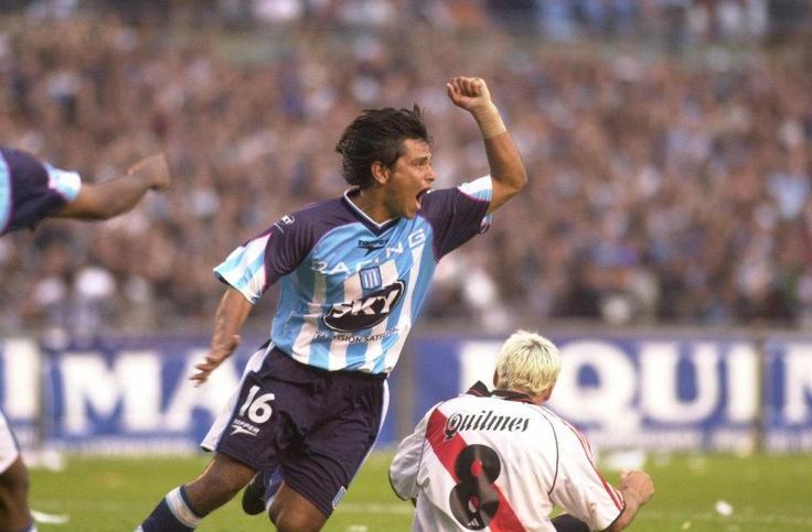 Racing Campeón Apertura 2001 - Gerardo Bedoya convierte uno de los goles más importantes de la campaña del Racing campeón, empatando sobre el final del partido frente a River Plate, su máximo perseguidor.