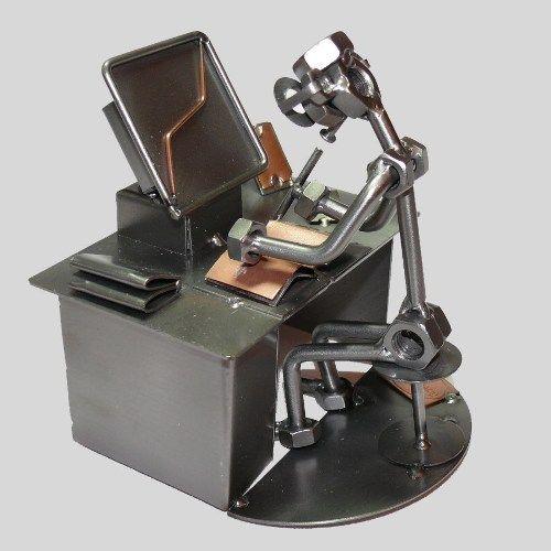 Mann arbeitet am Computer | günstig kaufen bei screwman.de