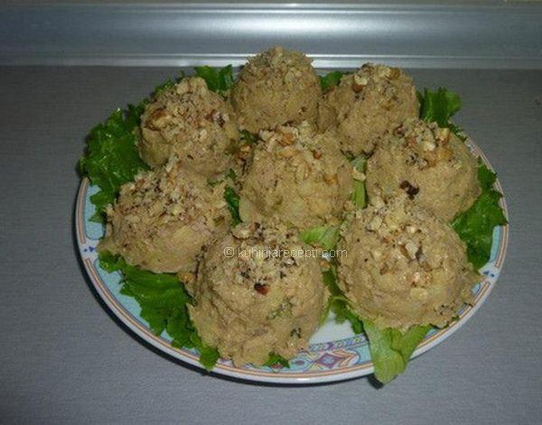 Veoma ukusna i zdrava hladna posna salata od tune. Može da se posluži kao predjelo ili kao prilog uz jela s mesom. Priprema Skuvati krompire u slanoj vodi. Oljuštiti ih i ispasirati. Dodati im marinirane pečurke, koje možete kratko propržiti na ulju, po ukusu. Zatim dodati tunu iz konzerve, iseckane kisele krastavčiće, iseckane orahe, senf … Настави са читањем Hladna posna salata od tune