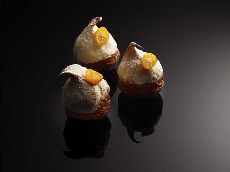 Merveilleuse Polonaise - pâte briochée Le célèbre gâteau se modernise : la base briochée est remplie de crème vanillée agrémentée d'abricots et de kumquats pochés, le tout surmonté d'une meringue, houppette aux vents ! Laissez-vous appâter! #ChristopheMichalak