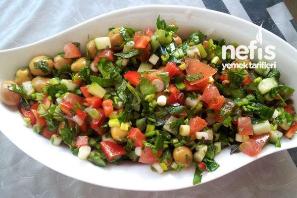 Zeytin Salatasının Yapılışı kase dolusu kırma yada çizik yeşil zeytin (Dilerseniz dilimlenmiş zeytin de kullanabilirsiniz) Yarım demet maydanoz 3-4 dal taze nane 3 adet yeşil soğan 1 adet domates 1 adet salatalık 1 adet kırmızı biber Zeytinyağı, nar ekşisi, limon ve tuz