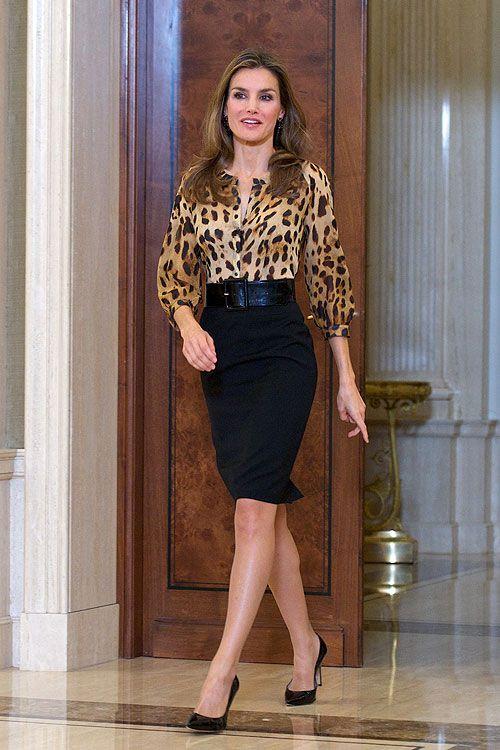 LETIZIA ORTIZ Luciendo una blusa de gasa con estampado de leopardo de su diseñador de cabecera, Felipe Varela, una falda negra tipo lápiz, ...