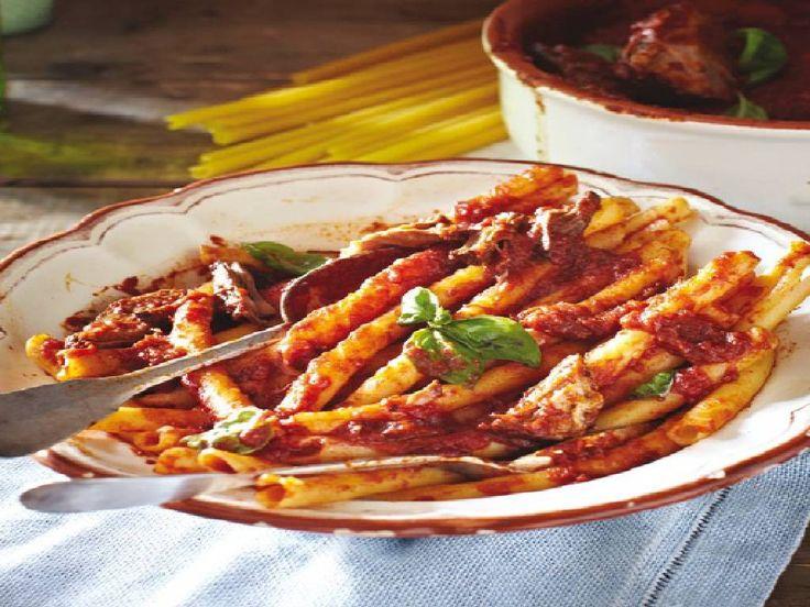 Gli Ziti con Ragù alla napoletana: Scoprite come prepararli secondo la ricetta originale, suggerita dallo chef dello storico Ristorante Mattozzi.