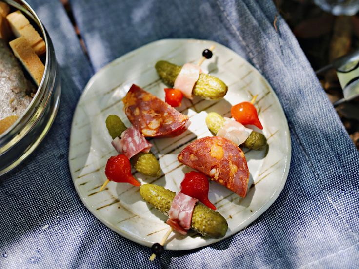Here are all the tips you need to have an easy and delicious charcuterie picnic.