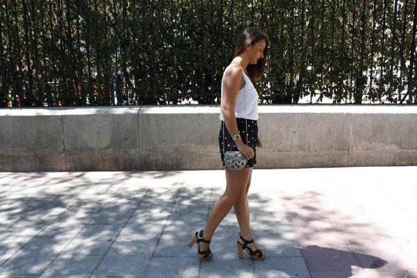 #Black&white para la vuelta de vacaciones. #shortsLunares, y el #negroYblanco siempre es una estupenda opción, combinados con una camiseta básica (son mis grandes aliados en el verano), sandalias de taconazo de madera y el #clutch. #ElRinconDeModa #erdm