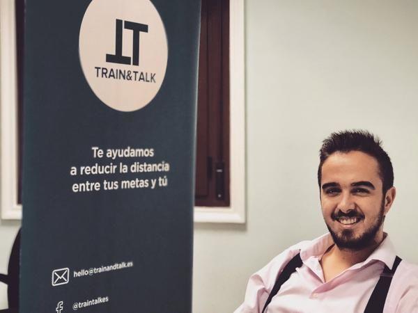 Tiene 21 años, es madrileño y ha estado dos años consecutivos ostentando el título del mejor orador universitario del mundo.
