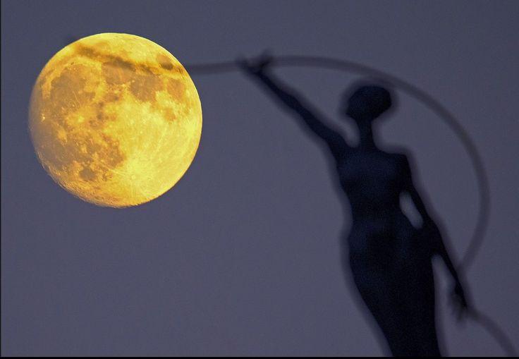 """TOP 20 des plus belles photographies de la """"Super Lune"""" autour du monde"""