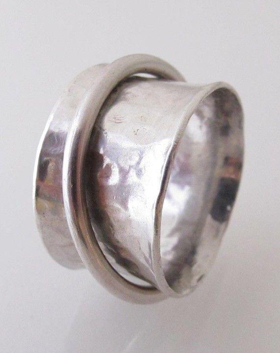 Diese Ringe sind so viel Spass! Sie sind für mich machen Spaß und sie sind Spaß für Sie zu tragen! Ein breites Band bedeutet, Sie benötigen einen größeren Ring (fast eine Nummer größer) diese Band ist 1/2 Zoll breit. Es ist bequem und sieht gut aus auf deine Hand. Aber wir müssen wissen genau was Größe zu machen. Wenn Sie mir Ihre Ringgröße sagen, werde ich es Sie fit machen.  Das breite Band ist geschmiedet mit gehammerte Design, antik und poliert. Auf diesem breitem Band ist eine ander...