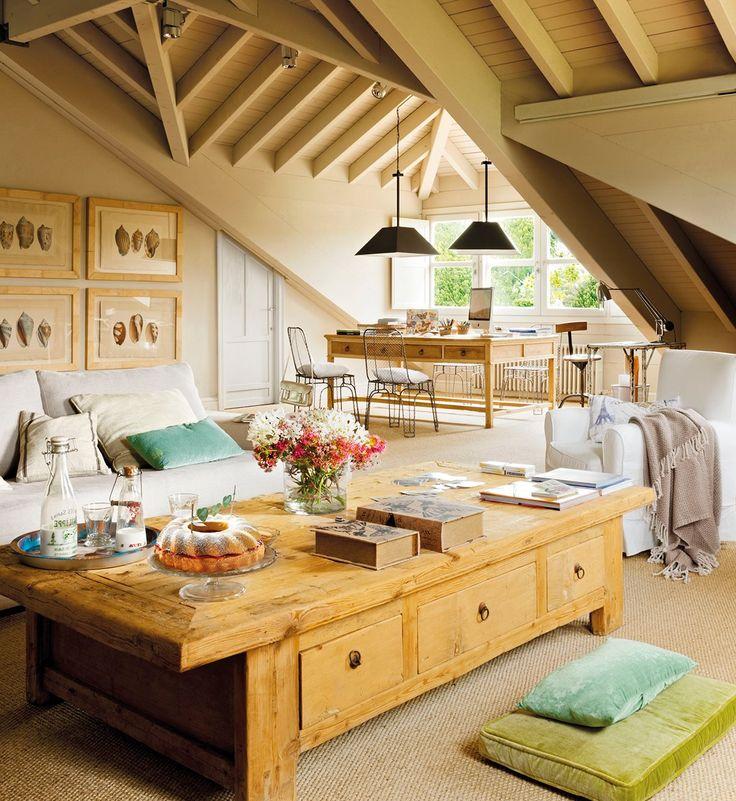 Salón con mesa de centro de gran tamaño. Gran salón comedor con vigas de madera y una gran mesa de centro de madera