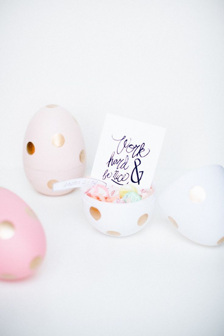 A huge collection of Easter themed DIYs and tutorials to try! From chocolates, to egg decorating to cake toppers, mini egg cakes and even bunny donuts!