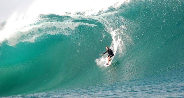Local. O surfista numa onda gigante em Jaconé, Saquarema (RJ)