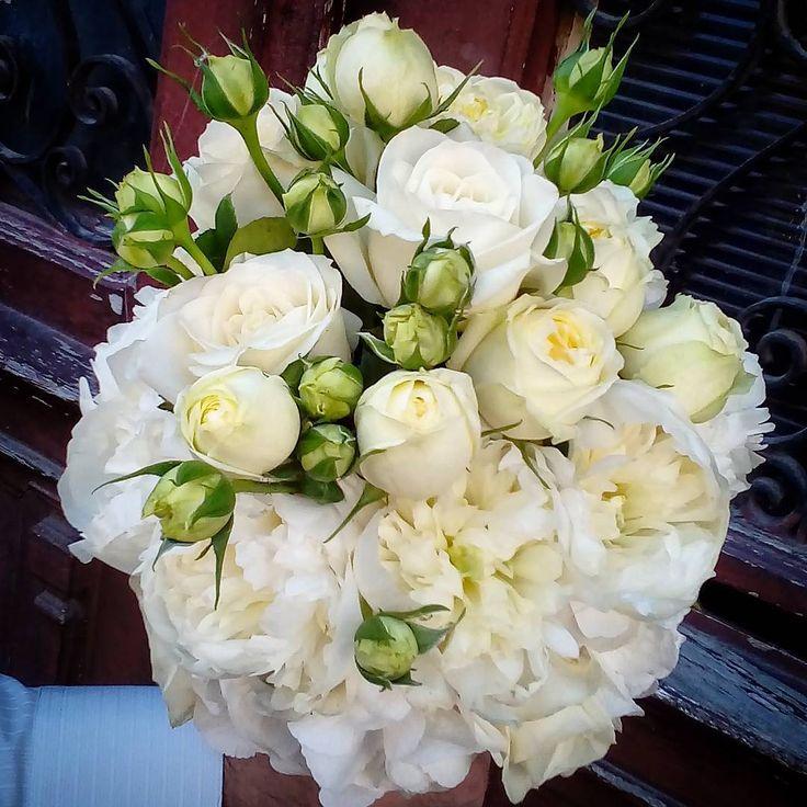 "1 aprecieri, 1 comentarii - Floraria Dorothy's (@florariadorothys) pe Instagram: ""White for the bride.. #bridebouquet #clujnunti #nuntaincluj #nuntacluj #floricluj #clujlife #cluj…"""