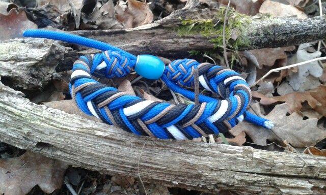 Paracord zsinórból készült ez a karkötő. A fotó pedig egy erdei séta alkalmával.
