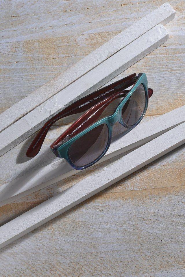 """Das blendwerk-Modell 20042 """"Nebel"""" kommt farbenfroh daher. Langweile ade! Diese Form gehört neben der Pilotenbrille zu den meistverkauften Sonnenbrillen und ist die wohl wichtigste Brillenform des 20. Jahrhunderts. Das Modell """"Nebel"""" interpretiert diese tragende Rolle mit einem bunten Verlauf oder mit einer leicht transparenten, mattierten Farbe.  #sunglasses #eyewear #beach #sun #glasses #sonnenbrille #optiker #lunettesdesoleil #lunettes #amrum #nebel #blendwerk #kobergtente"""