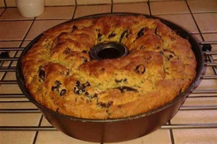 Κοινοποιήστε στο Facebook Ελιωτή και χαλουμωτή (κέικ) έτσι τα λένε στη Κύπρο. Υλικά 4 φλιτζάνια αλεύρι χωριάτικο 1 φλιτζάνι λάδι 2 κρεμμύδια 1 δέσμη κόλιανδρο ή όσο θέλετε 1 φλιτζάνι μαύρες ελιές πχ θρούμπες 1 κουταλάκι δυόσμο 4 κουταλάκια γλυκού...