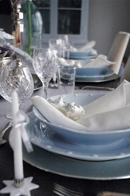 Light Blue And White Christmas Table Setting Http