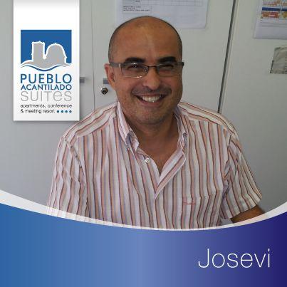 Este hombre entre tantos papeles y facturas es José Vicente, pero él prefiere Josevi. Es nuestro contable y encargado de administración. Pocos clientes lo conocen porque siempre está en su despacho, pero hoy ha llegado el momento de presentároslo. Josevi siempre está de buen humor pase lo que pase.