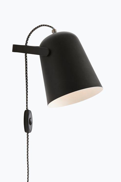 Vägglampa av målad metall och mässingsfärgade detaljer. Lampan är ställbar i höjdled. Skärmens höjd 18 cm, Ø 15 cm. Tvåfärgad dekorativ textilsladd med strömbrytare och väggkontakt, sladdlängd 1,5 m. Liten sockel E14. Max 40 W.<br>Ljuskälla ingår ej. <br><br>