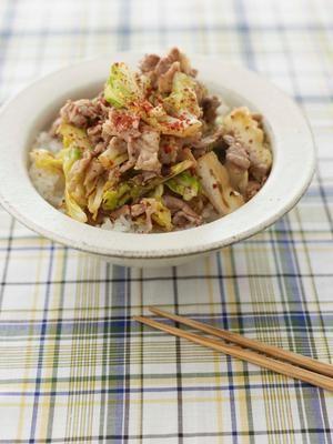 香ばしく焼いたキャベツに、豚肉のうまみがしみて、ご飯がすすみます。包丁いらずのお気軽どんぶりです。