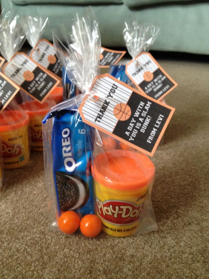 Basketball party favor with play dough, gum balls and slam dunk Oreos. Printable tag: https://www.etsy.com/listing/97743925/basketball-party-instant-download-full