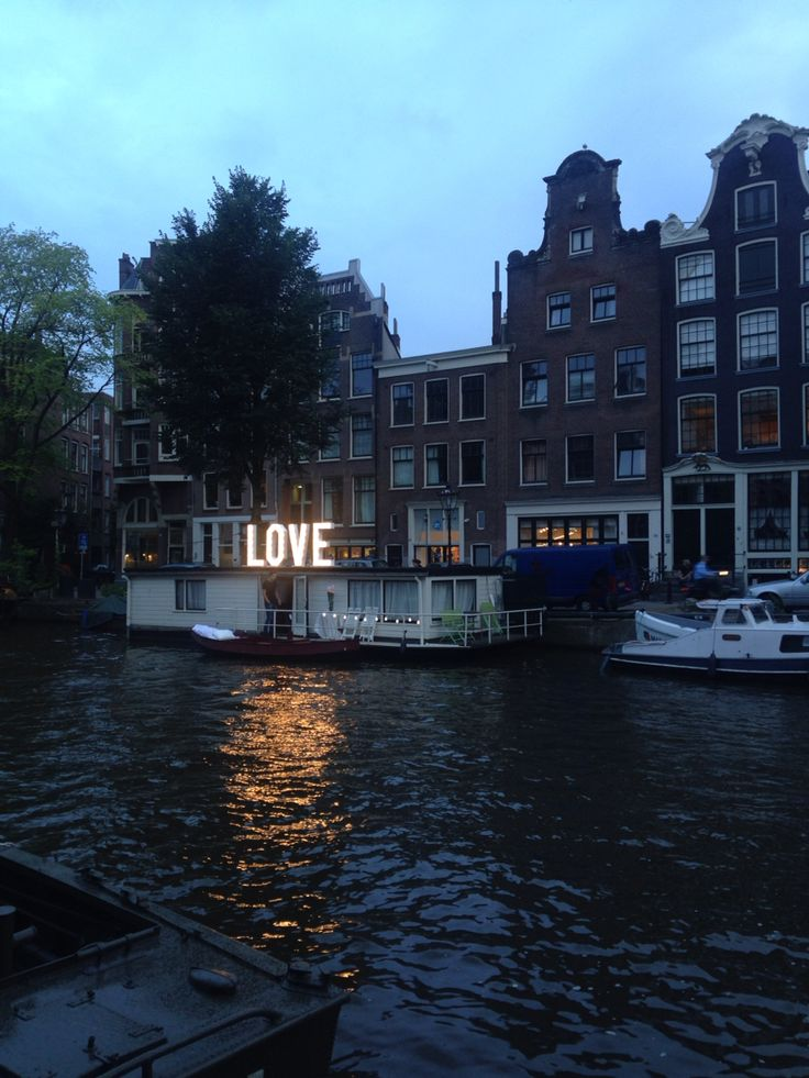Aanzoek onder de LOVE letters in de Amsterdamse grachten. Hoe romantisch!!