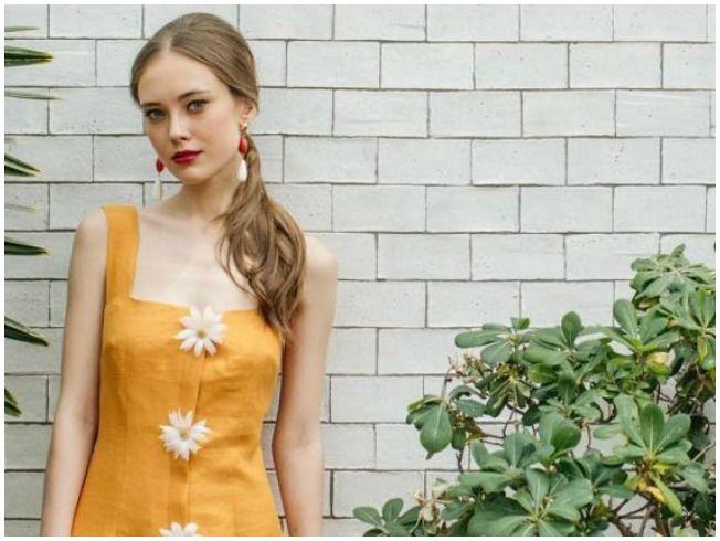 El amarillo tiñe el vestido de Guateque By Sofía Delgado