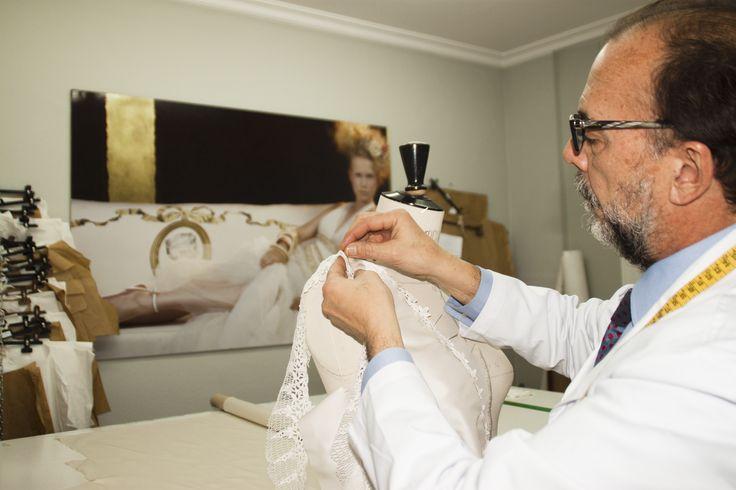 Josechu Santana trabajando sobre busto