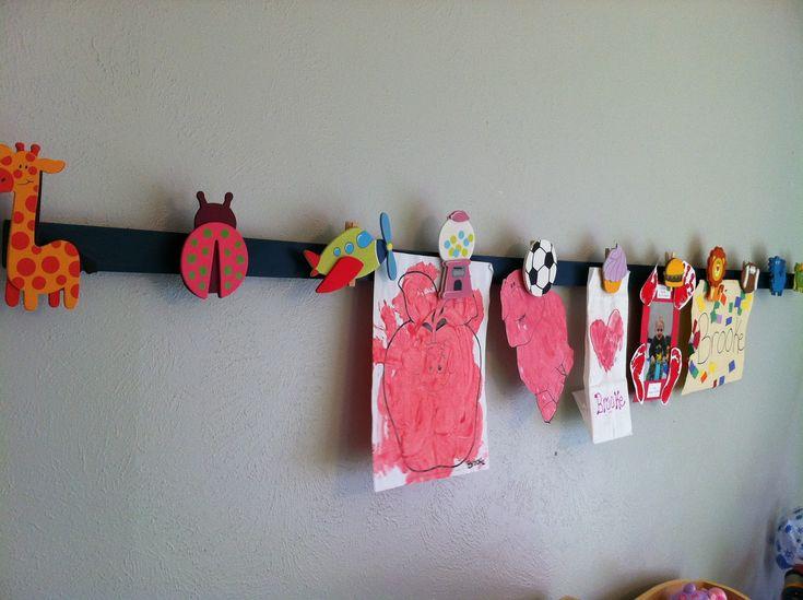 Hang de kindertekeningen op aan een magneetlijst. Ziet er ook nog leuk uit!