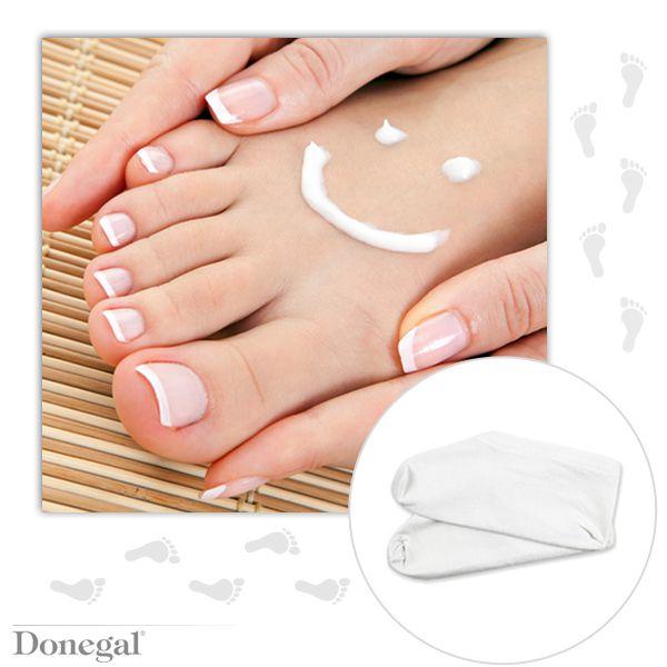Totalna regeneracja skóry pięt - po kąpieli wmasuj odżywcy krem do stóp (z witaminą A, E i mocznikiem) i załóż na noc bawełniane skarpety kosmetyczne. Ciepło sprawi, że krem wchłonie się lepiej, a uszkodzony naskórek szybciej się zregeneruje.